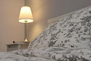 Camera doppia - Comodino e lampada